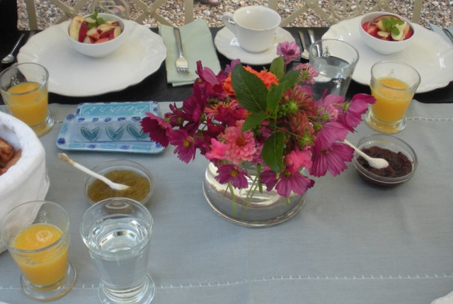 A breakfast with fresh flowers